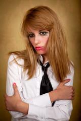 Девушка с размазанным макияжем