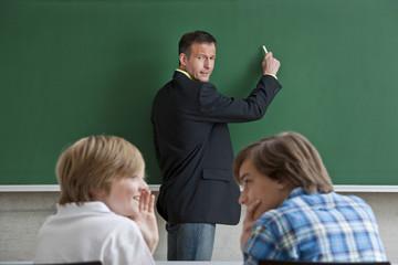 Lehrererwischt die Schüler beim plaudern.