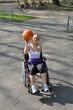 Rollstuhlfahrerin spielt Basketball