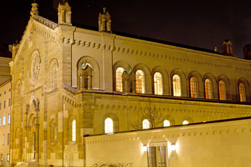 Teilansicht der Allerheiligen-Hofkirche in München bei Nacht