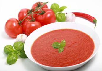 Tomatensuppe auf weiß