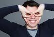 brille aus händen geformt