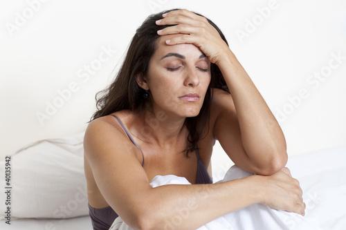 Frau mit Kater im Bett
