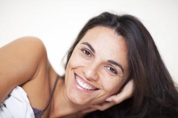 Frau lächelt im Bett
