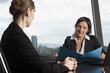 Zwei Frauen bei Beratungsgespäch im Büro