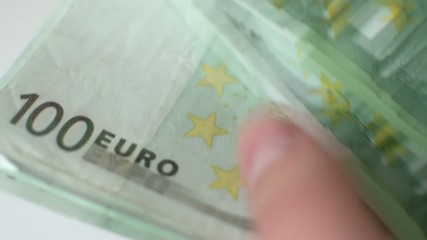 Stapel Euro Geldscheine werden gezählt
