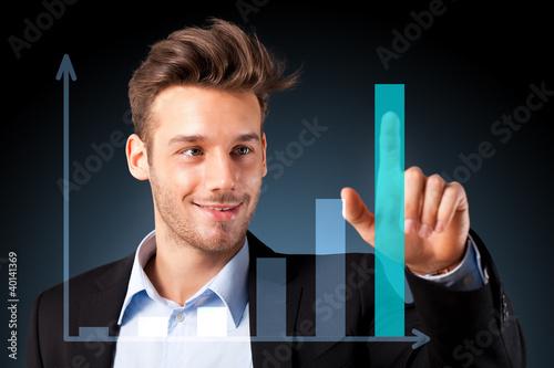 Mann zeigt Diagramm