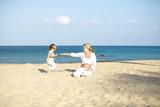 junge schwangere mutter mit ihrer tochter am strand