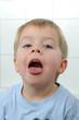 Kleiner Junge mit offenen Mund.