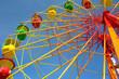 Leinwanddruck Bild - Colorful ferris wheel and blue sky