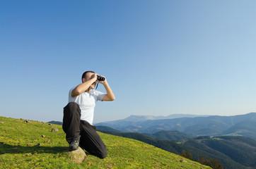 Hombre, binoculares, mirar, monte.