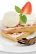 Waffeln mit Vanilleeis und Erdbeeren