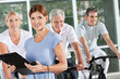 Fitnesstrainerin leitet Spinning-Kurs