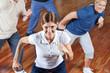 Gruppe tanzt im Fitnesscenter