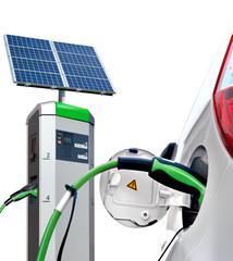 E-Car an Solartankstelle mit Solarpanel freigestellt