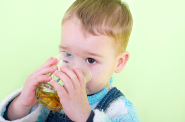 kleiner junge beim trinken