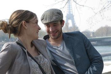 Couple se promenant à Paris