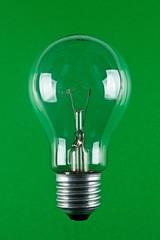 Lampadina su fondo verde