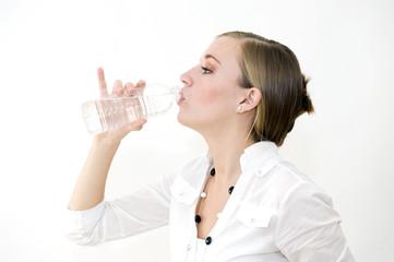 Femme buvant de l'eau à la bouteille
