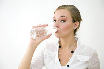Jeune femme buvant à la bouteille