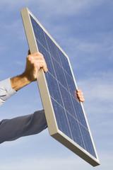 Solarpanel empfängt Sonnenenergie