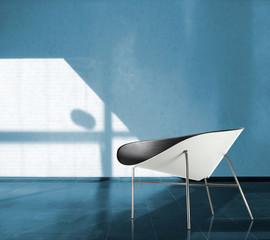 Designer Sessel vor blauer Wand