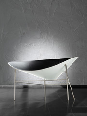 Designer Sessel vor Strukturwand