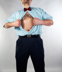 Mann reißt sich die Klamotten vom Leib