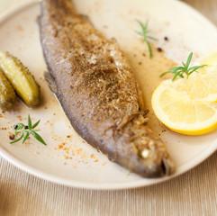 pstrąg pstraga tusza cała ryba smażalnia cytryna zioła