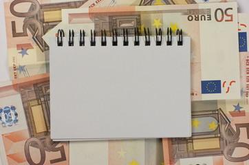 Billetes de euro y bloc de notas