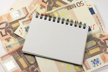 Bloc de notas con billetes de euro