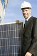 Geschäftsmann mit Schutzhelm und Solaranlage