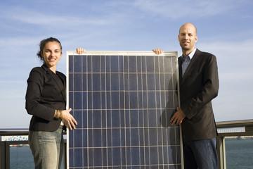 Zwei Geschäftsleute mit Solaranlage