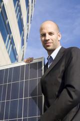 Geschäftsmann mit Solaranlage