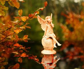 Engel im Herbstlaub