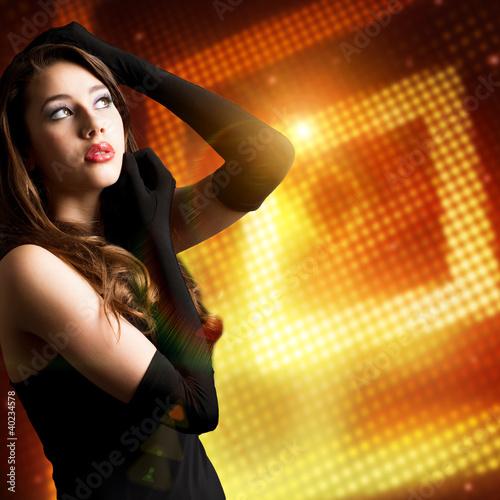 brünette Frau im Abendkleid vor Lichterhintergrund