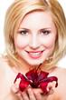 attraktive junge Frau mit Blüte