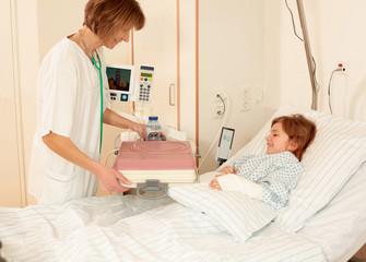 Krankenschwester serviert das Essen