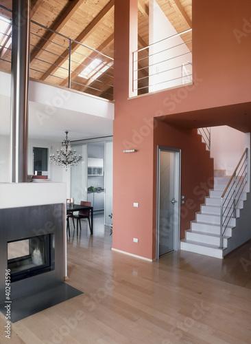 moderno soggiorno con camino, scala e parquet