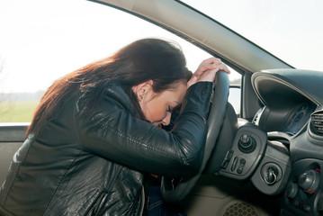 junge frau schläft im auto