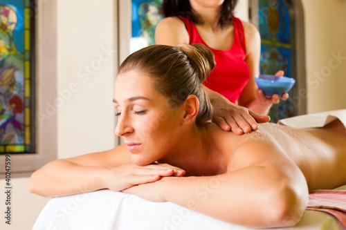 Frau genießt Massage im Wellness Spa