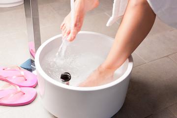 Frau macht ein Kneipp Fußbad