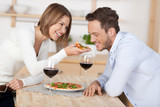 Fototapety lachendes paar isst eine pizza