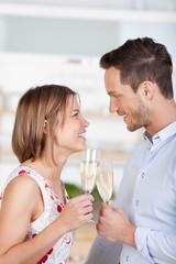 glückliches junges paar trinkt sekt