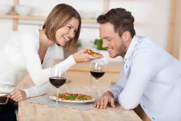 lachendes paar isst eine pizza