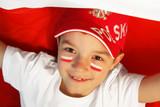 Chłopczyk kibicuje polskiej drużynie