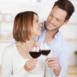 junges paar trinkt rotwein