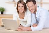 glückliches paar am laptop