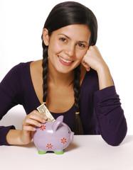 Joven mujer ahorrando.Cerdito de ahorros.