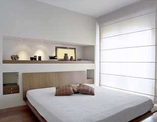 moderna camera da letto con grande finestra
